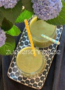 Fertiger grüner Smoothie mit Avocado & Spinat