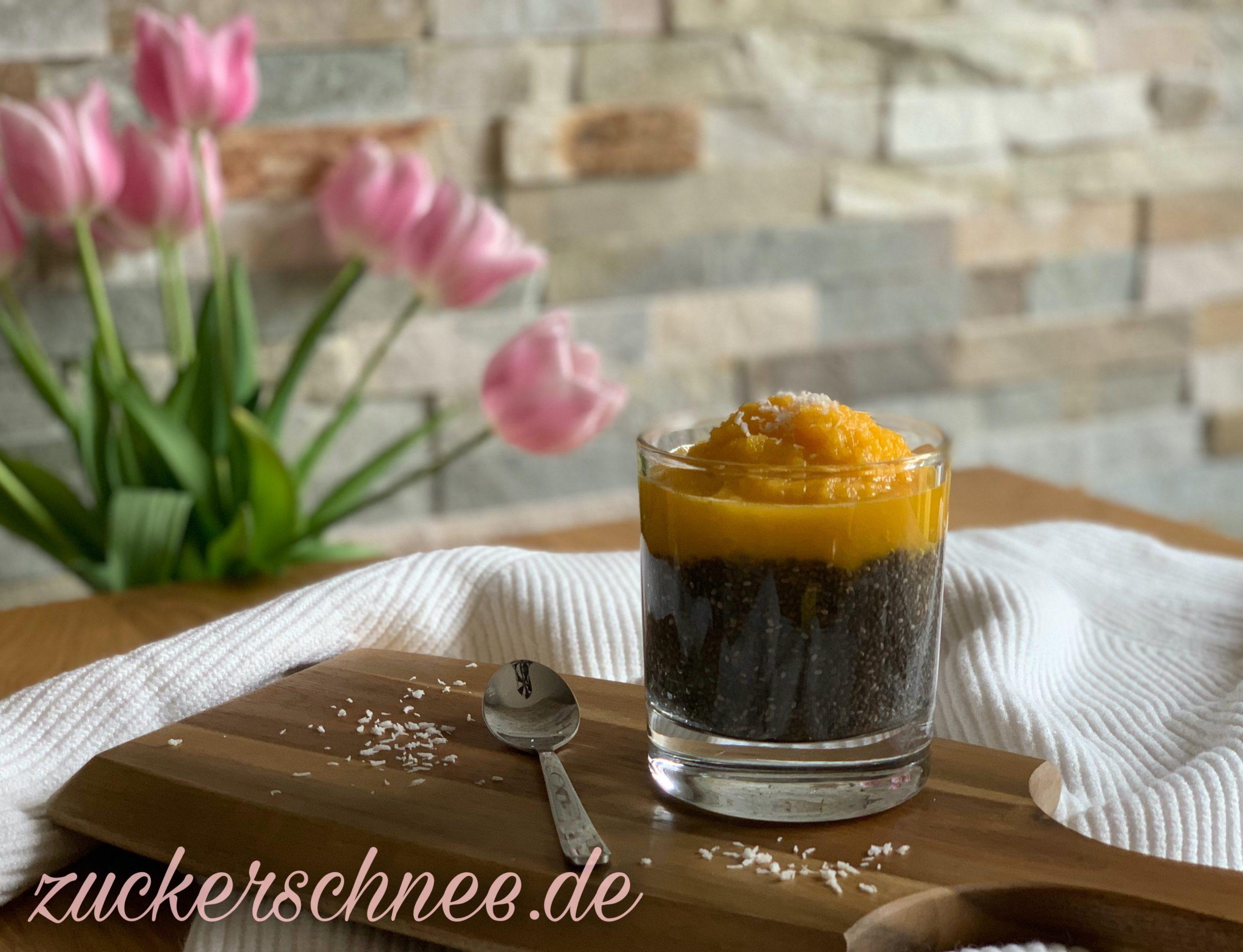 Veganer Chia Pudding mit Mango & Kokos