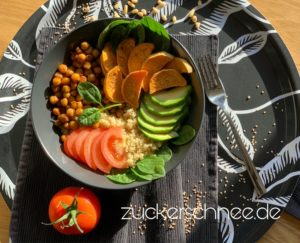 Buddha Bowl mit Quinoa, Avocado & Süßkartoffel (Rezept)
