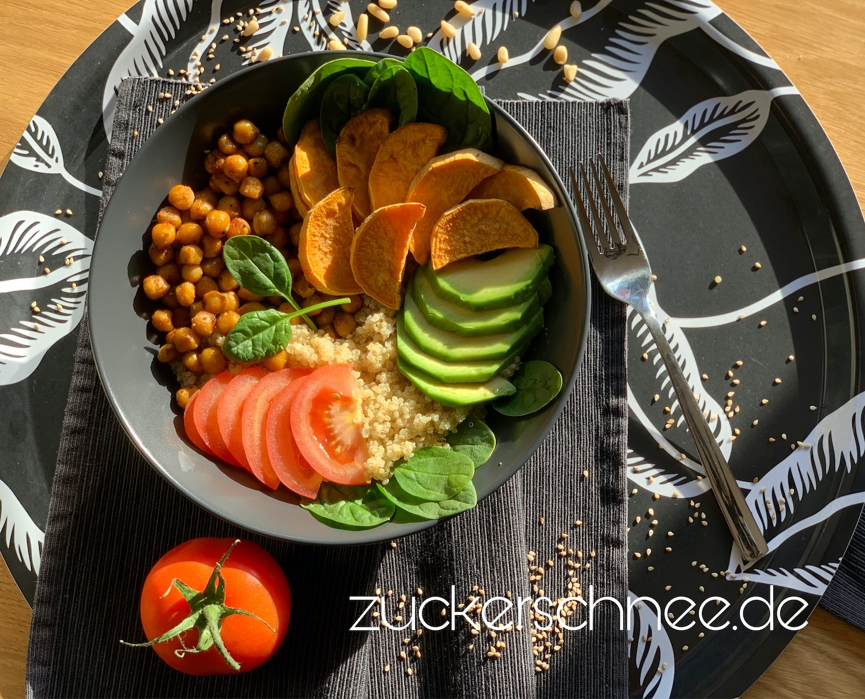 Buddha Bowl mit Quinoa, Avocado & Süßkartoffel