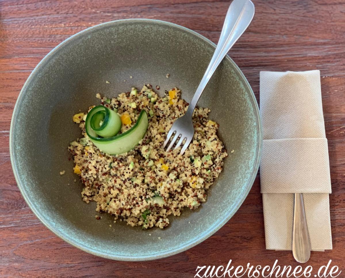 Quinoa Salat mit Paprika und Gurke